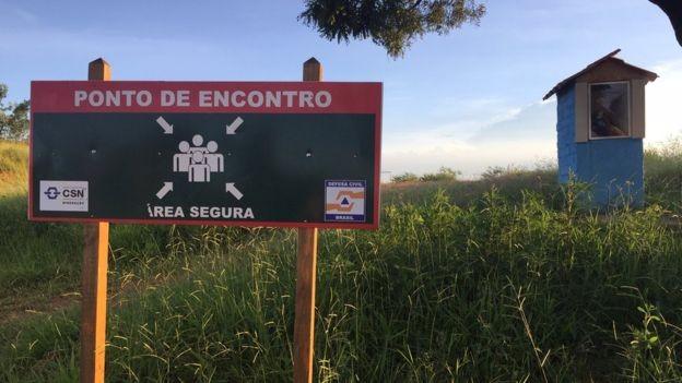Uma das rotas de evacuação da região da barragem; não houve muita adesão da população nas simulações convocadas pela empresa para ensinar os moradores o que deveriam fazer em caso de uma ruptura (Foto: BBC)
