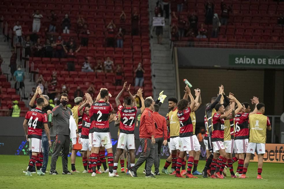 Jogadores do Flamengo agradecem o apoio dos torcedores — Foto: Alexandre Vidal/Flamengo