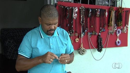 Vendedor de artesanato pede ajuda para conseguir emprego para manter família em Aparecida de Goiânia