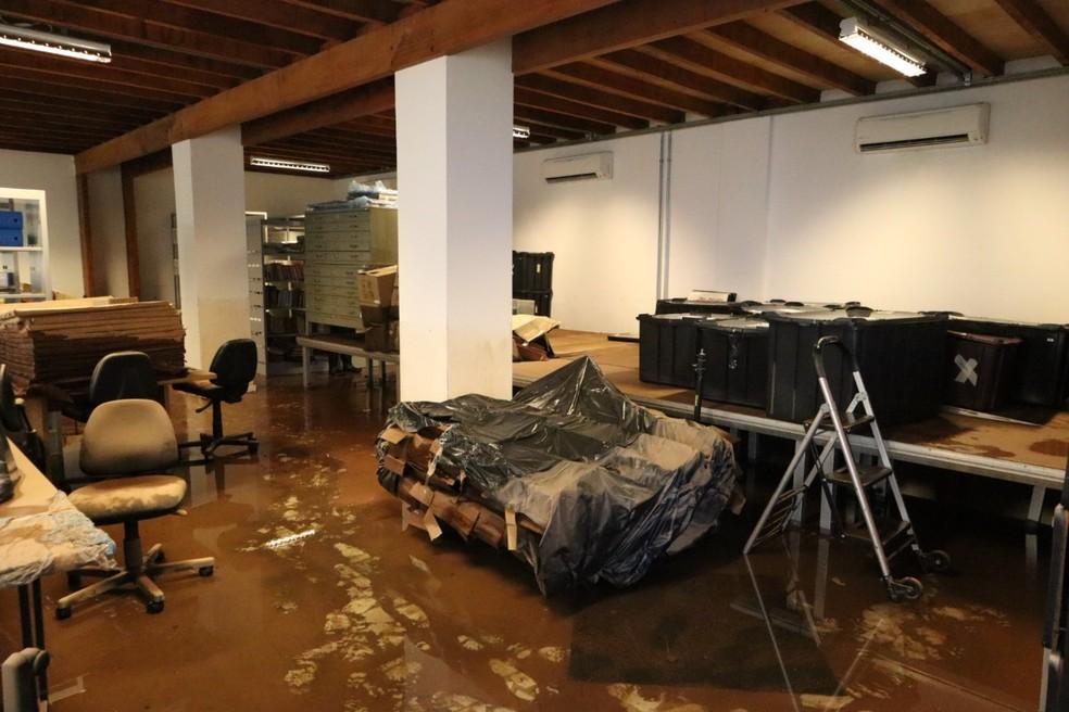 Galpão da Cinemateca Brasileira na Vila Leopoldina, Zona Oeste de SP, afetado por alagamento após temporal em 2020 — Foto: Reprodução/TV Globo