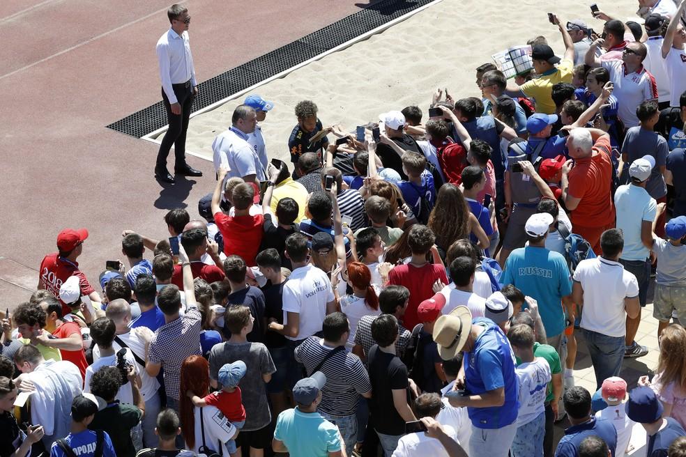Neymar dá autógrafo para os torcedores após o treino (Foto: Pedro Martins / MoWa Press)