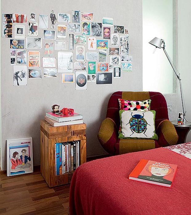 A parede virou um mural de fotos com lona, da JRJ, sobre painel de cortiça, no projeto de Ricardo Miura e Carla Yasuda (Foto: Edu Castello/Editora Globo)