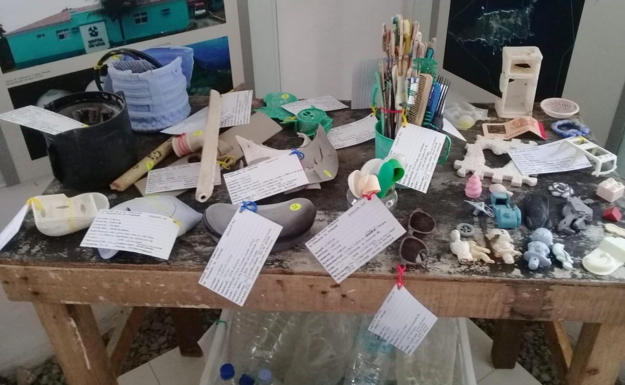 Exposição gratuita sobre lixo marinho reúne materiais recolhidos nas praias de Fernando de Noronha