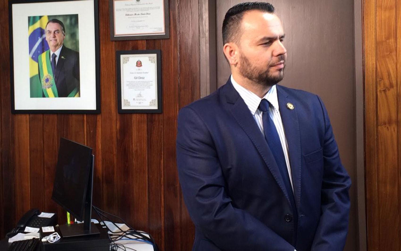 Deputado Gil Diniz recorre à Justiça e derruba decisão do próprio partido de suspendê-lo: 'a punição do PSL foi arbitrária'