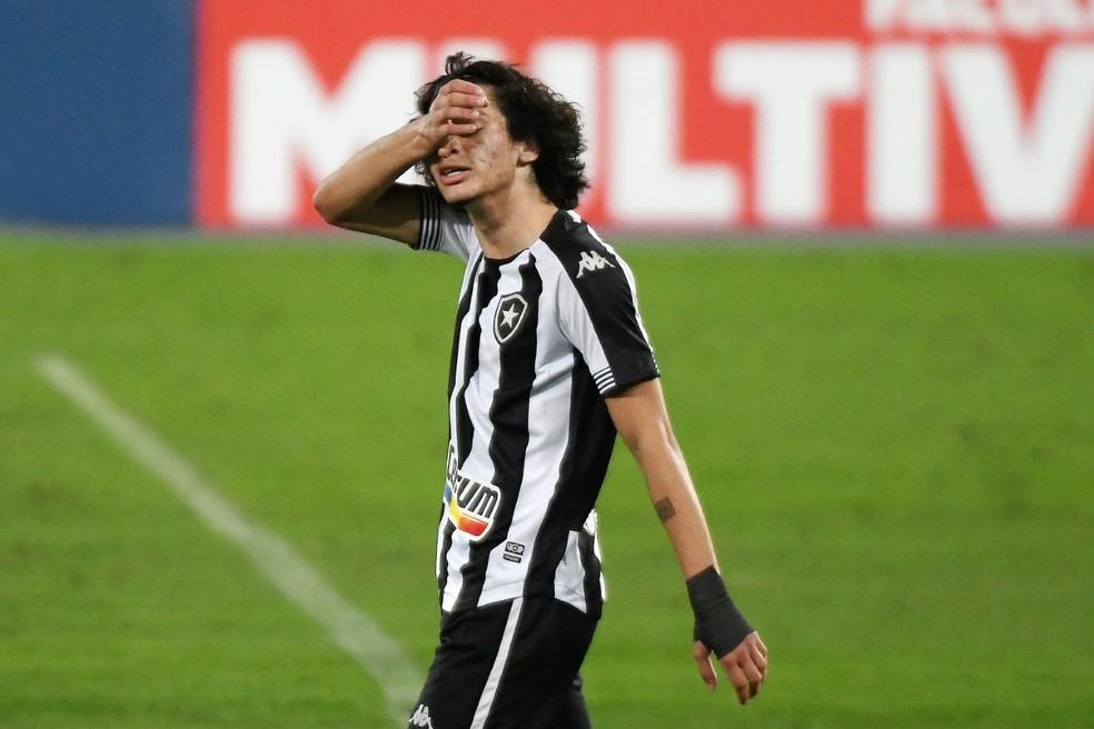 Matheus Nascimento lamenta a derrota para o Goiás por 2 a 0 — Foto: Alexandre Durão