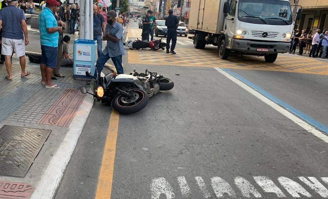 Acidente entre motos causa lentidão no Centro de Barra Mansa