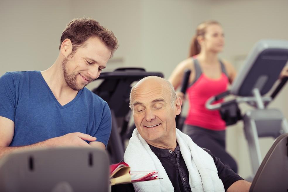 O acompanhamento com profissionais capacitados é essencial para a prática da musculação na terceira idade  — Foto: Divulgação