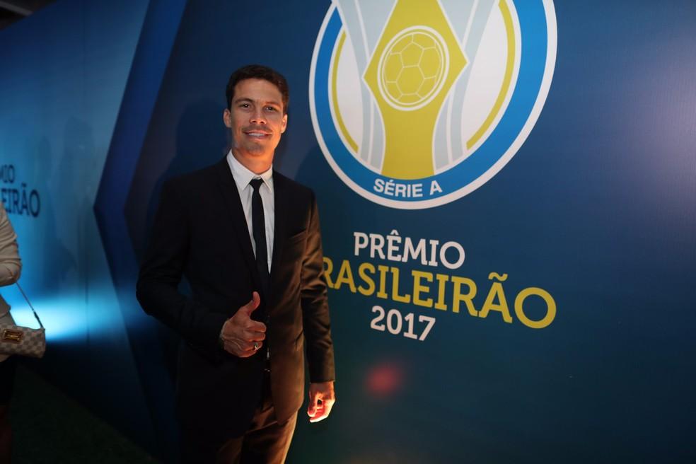 Pelo São Paulo, Hernanes recebeu prêmio no Brasileirão de 2017  — Foto: Lucas Figueiredo/CBF