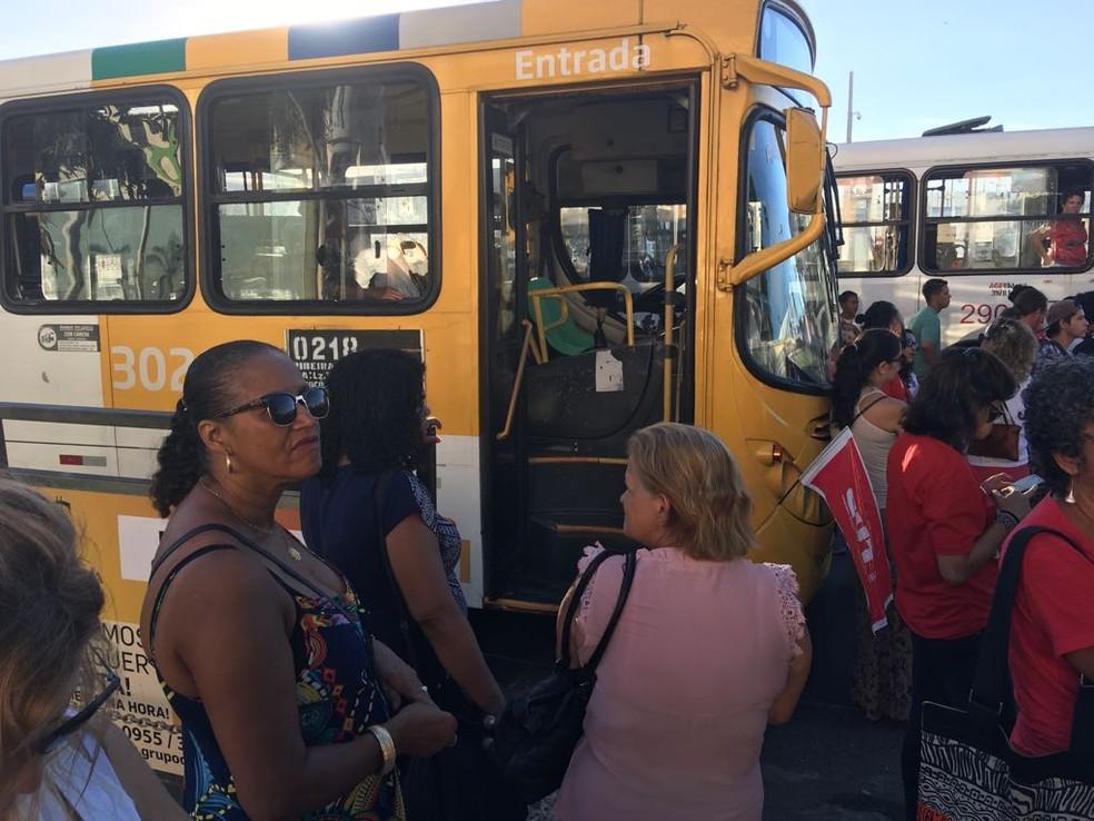 Alguns rodoviários deixaram os ônibus durante o protesto em Salvador (Foto: Maiana Belo/ G1)