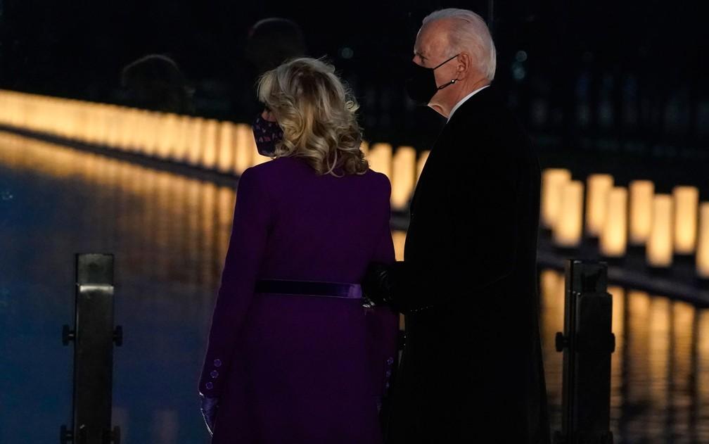 Joe e Jill Biden observam luzes do memorial em homenagem às vítimas da Covid-19 nos EUA, em Washington DC, na terça-feira (19) — Foto: AP Photo/Alex Brandon