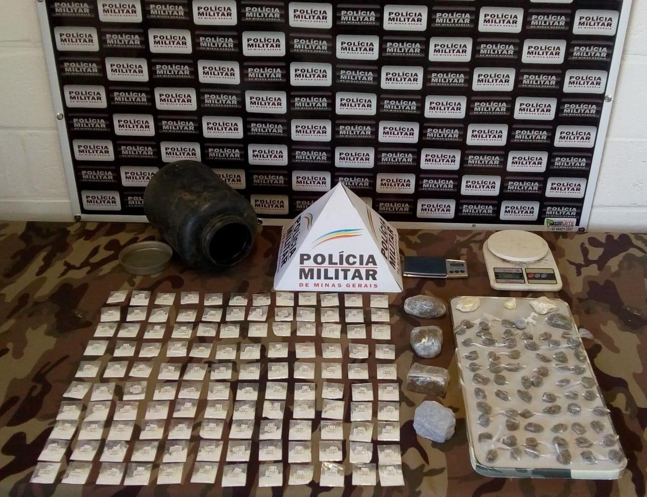 PM localiza e apreende drogas em mata no Bairro Caiçaras II em Juiz de Fora