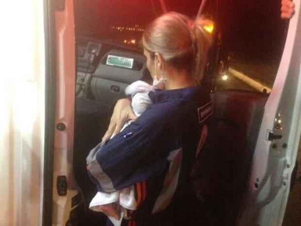 Bebê sobrevive a acidente fatal em Itapira (Foto: Adilson Fernandes)