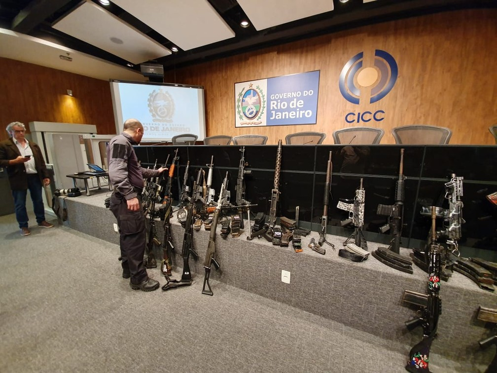 Armas apreendidas no Complexo da Maré em operação — Foto: Ari Peixoto/ TV Globo