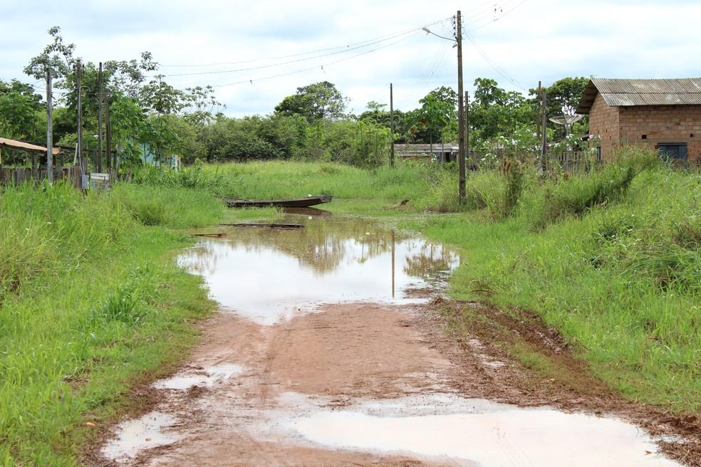 Parte da rua está intrafegável  (Foto: Júnior Freitas/ G1)