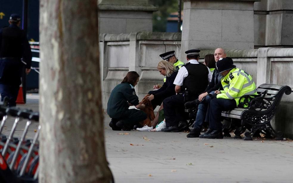 Vítima é atendida após incidente perto do Museu de História Nacional, em Londres (Foto: Peter Nicholls/Reuters)