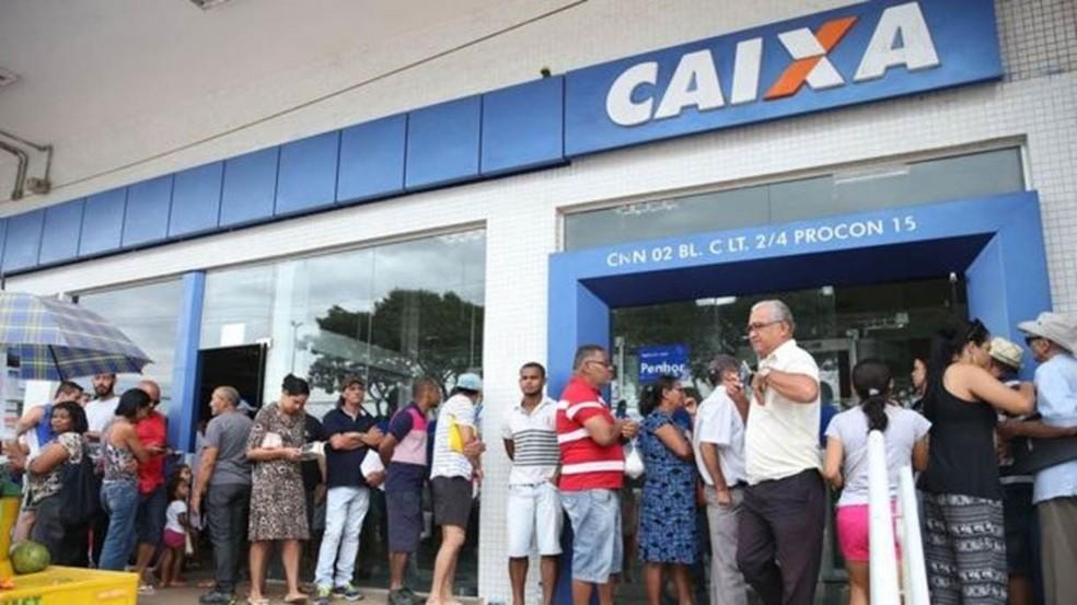 Fila em frente à agência da Caixa para saque do FGTS em 2017 — Foto: Antonio Cruz/Agência Brasil