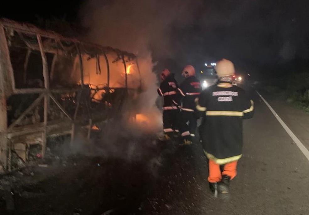 Bombeiros combatem fogo em van de turismo na BR-122, em Quixadá — Foto: Corpo de Bombeiros