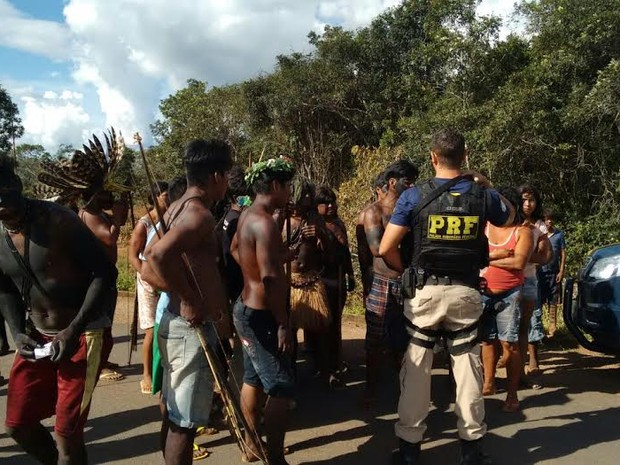 O bloqueio da rodovia federal se agravou na quarta-feira, 20, quando um caminhoneiro de 70 anos teve a carreta atacada com três flechadas (Foto: Polícia Rodoviária Federal/Divulgação)