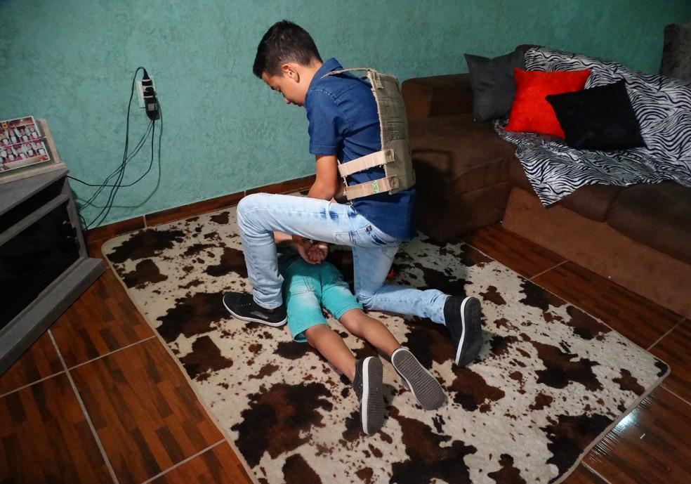 Vinícius brincando de 'polícia e ladrão' com o irmão, Gustavo (Foto: Hayale Guimarães/G1)