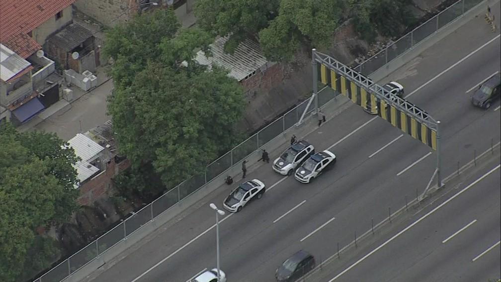 Policiais militares na Linha Amarela, altura da Cidade de Deus (Foto: Reprodução/ TV Globo)
