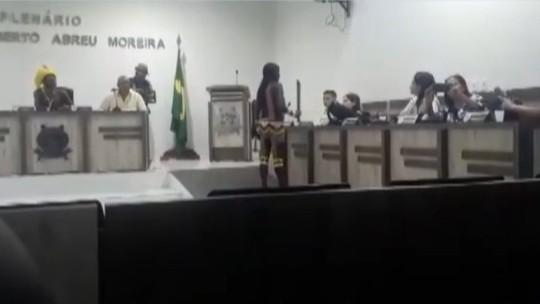 Indígena Kayapó usa facão para ameaçar autoridades durante protesto em São Félix do Xingu, no PA