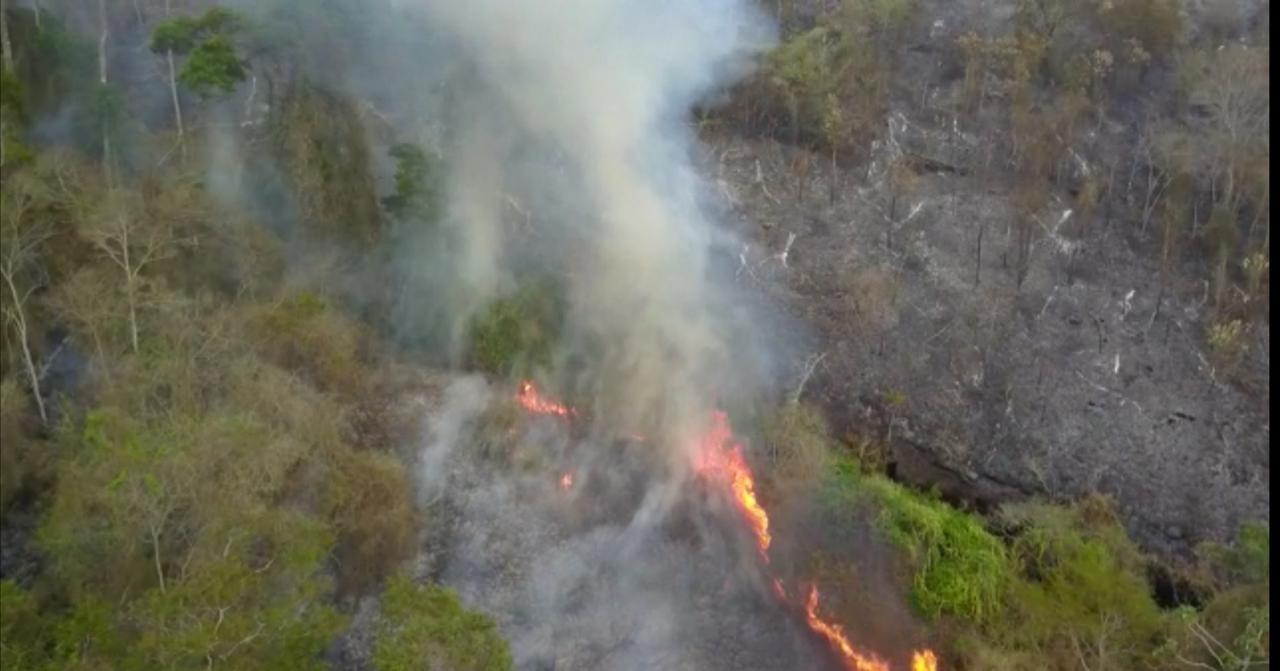 Bombeiros enfrentam terceiro dia de combate a incêndios florestais em Petrópolis, no RJ