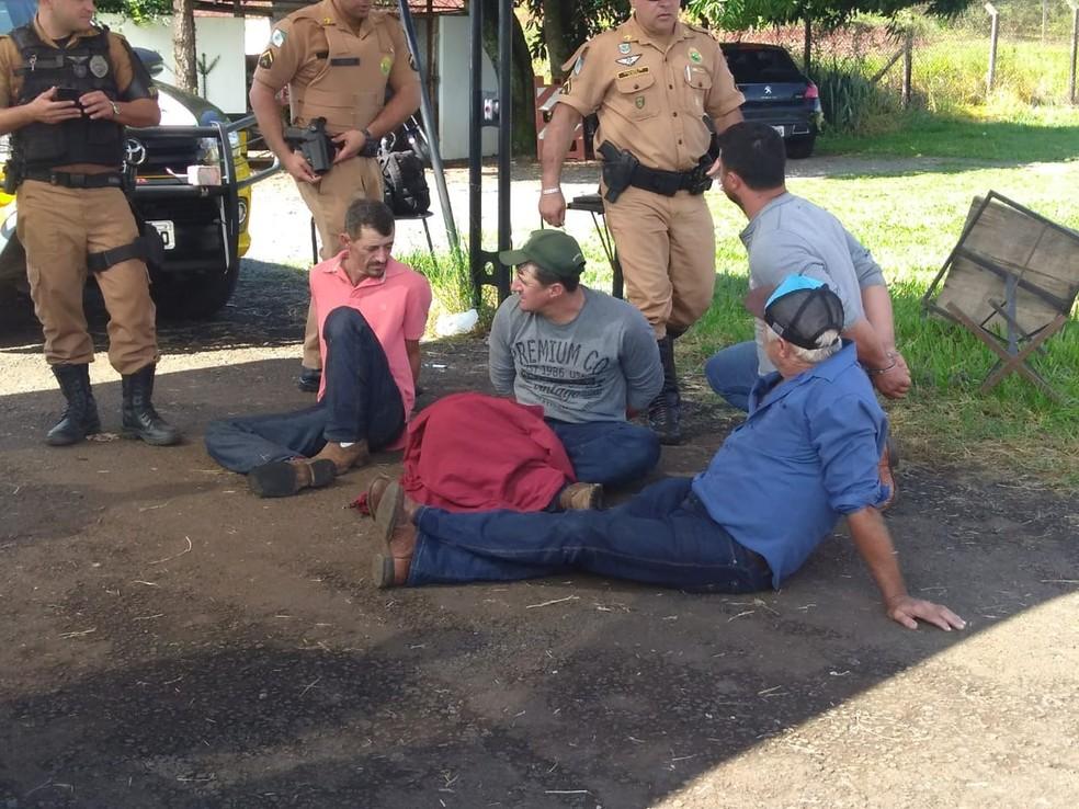 Suspeitos de sequestrar produtor rural são presos na PR-445, em Londrina — Foto: Dionisio Mathias/RPC