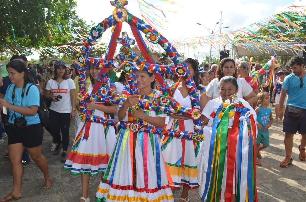 Na procissão religiosa, Saraipora carrega o símbolo do Sairé — Foto: Adonias Silva/G1