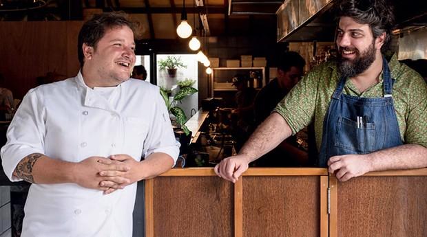 João Gertel (de  branco) e Caio Alciati, do Mica: 22 pratos  servidos em bowls (Foto: Lucas Terribili/Divulgação)