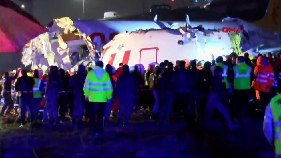 Equipes de resgate retiram sobreviventes de avião que se partiu em aterrissagem em Istambul, na Turquia — Foto: Reprodução/ Globonews