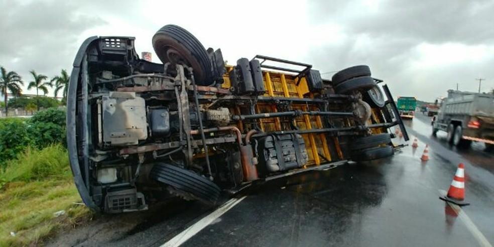 Caminhão tomba na BR-101 no Grande Recife e parte da carga de bujões de gás é saqueada