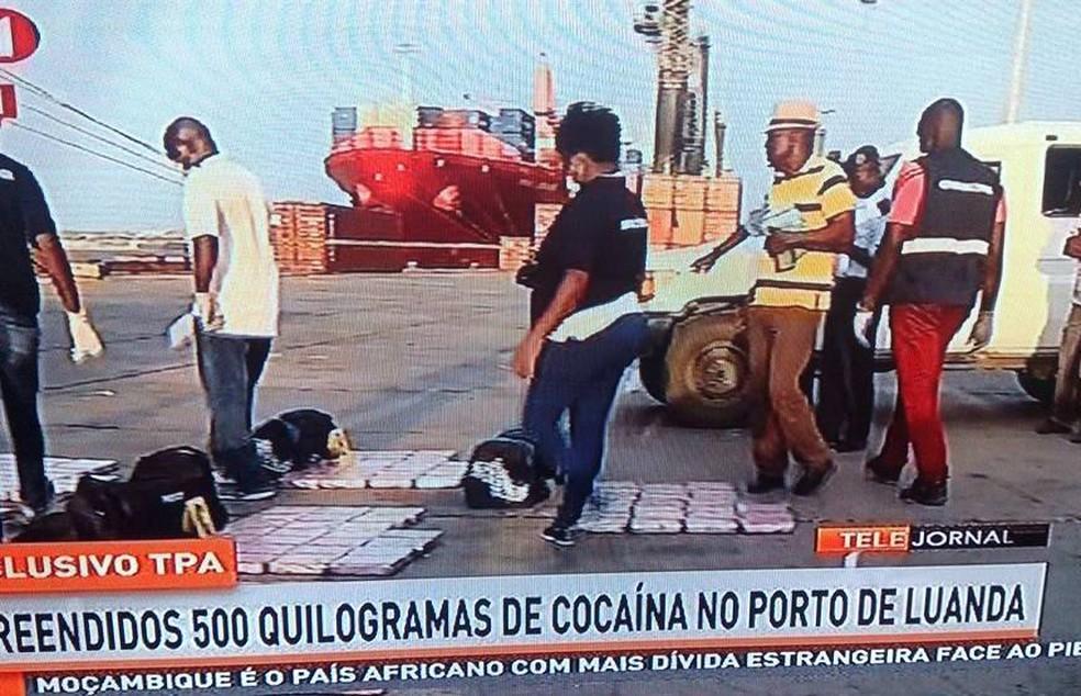 Tabletes de cocaína foram localizados em bolsas pretas em carregando vindo do Brasil (Foto: Reprodução/TPA)