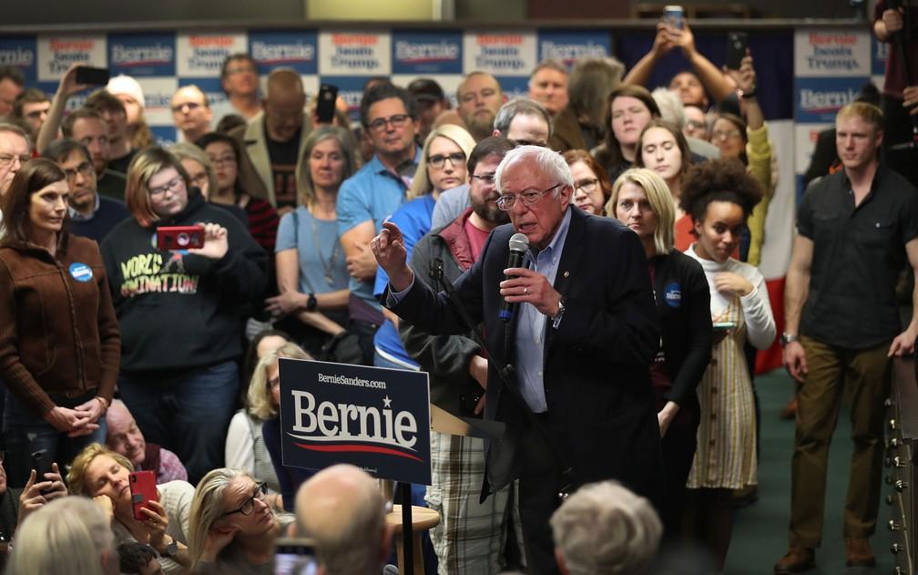 O pré-candidato democrata Bernie Sanders fala a eleitores durante evento de campanha em West Newton, Iowa, no domingo (2) — Foto: Joe Raedle/Getty Images/AFP
