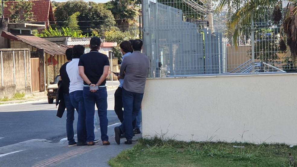 Parentes de Ricardo Nunes aguardam do lado de fora do Ministério Público — Foto: Carlos Eduardo Alvim/TV Globo