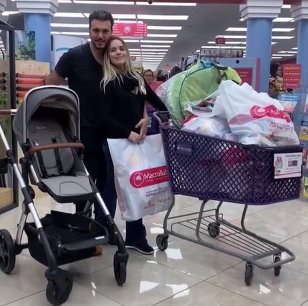 Thaeme e Fábio Elias fazem compras para a filha, Liz (Foto: Reprodução/Instagram)