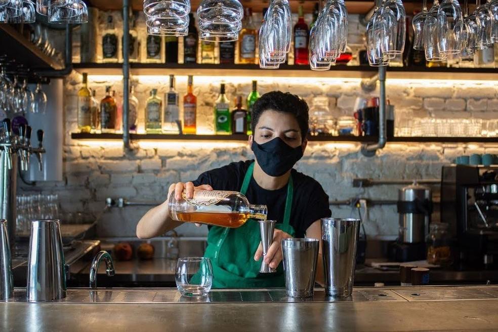 A bartender Rosana Macedo, de 30 anos, que perdeu o emprego duas vezes na pandemia em bares da Zona Oeste de São Paulo — Foto: Karol Moya/Divulgação