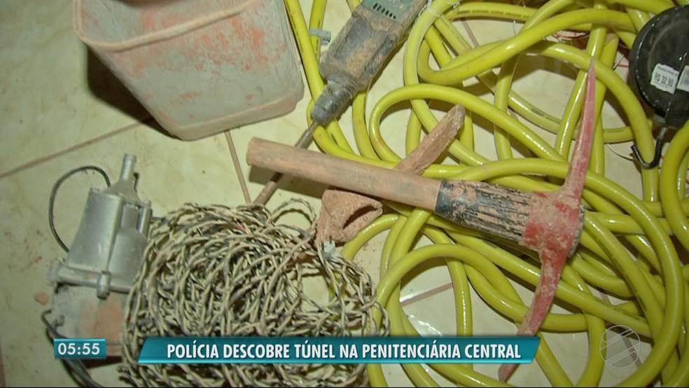 Ferramentas usadas para a escavação foram apreendidas no local (Foto: TV Centro América)