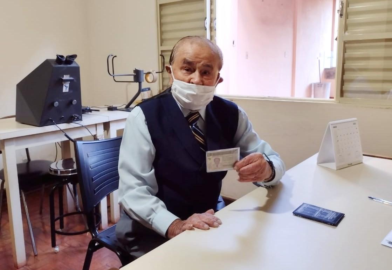 Idoso de 102 anos comemora renovação da CNH no interior de SP: 'Gosto de dirigir'