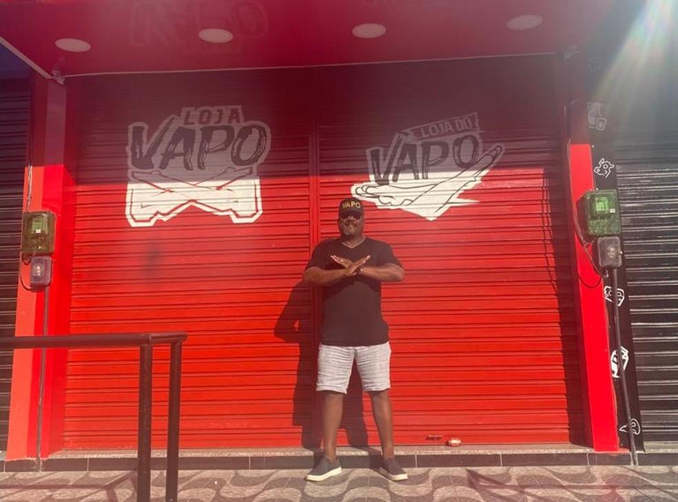 Pai de Gérson posa em uma das lojas do filho em Nova Iguaçu — Foto: Arquivo pessoal