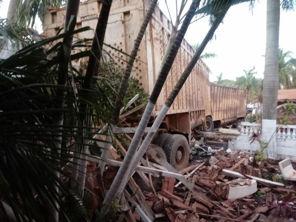 Caminhoneiro perdeu o controle da direção e invadiu um hotel fazenda em Ariranha (Foto: Arquivo Pessoal)