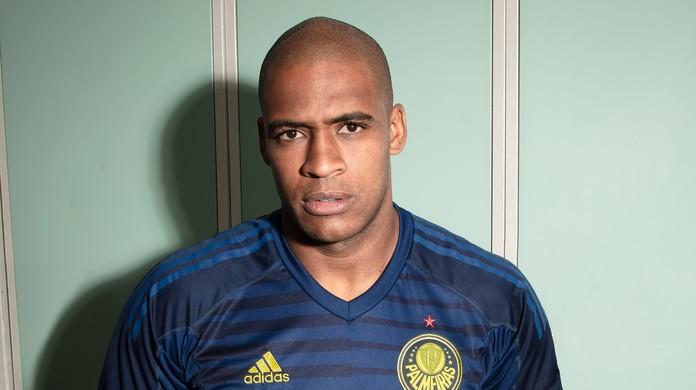 Jailson mostra nova camisa de goleiro do Palmeiras  4d87cfa160233