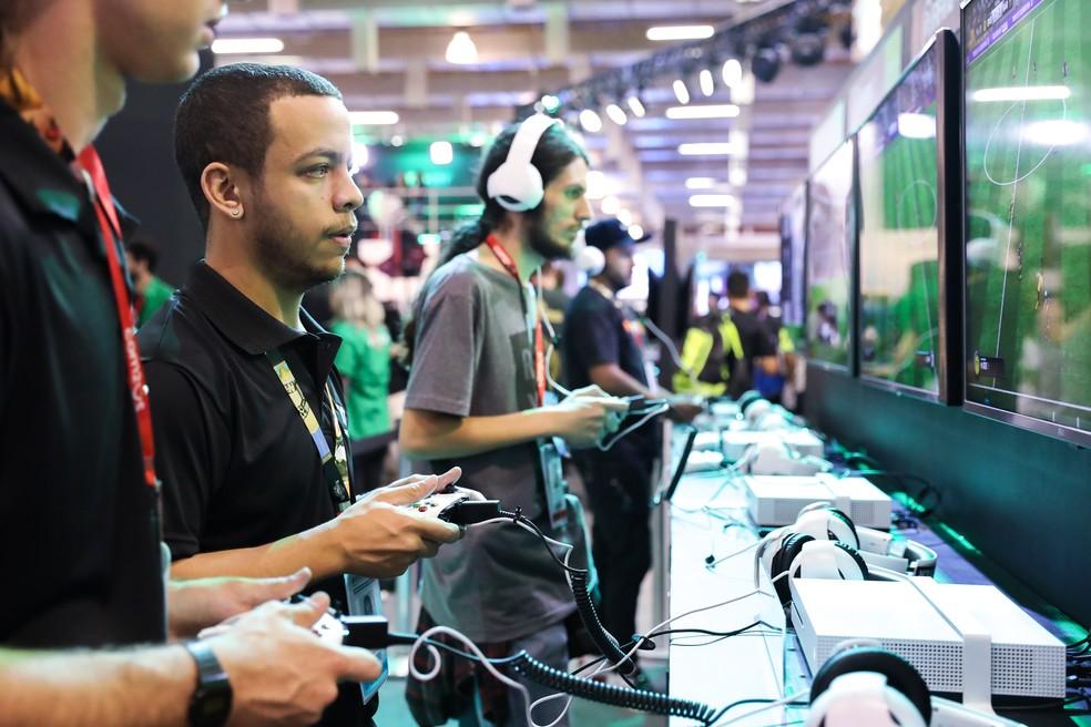 -  Público testa jogos na Brasil Game Show 2017  Foto: Celso Tavares/G1