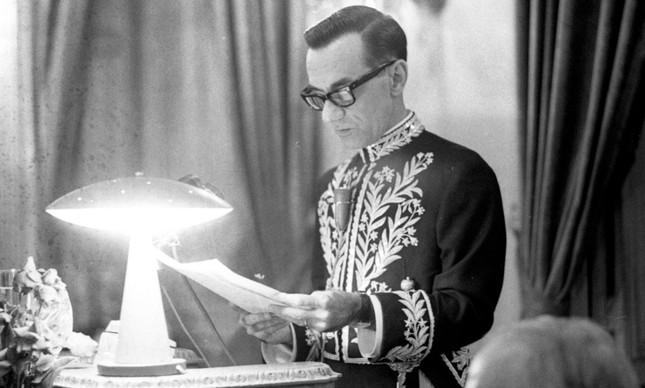 João Cabral de Melo Neto ao ser empossado na Academia Brasileira de Letras, em 1969