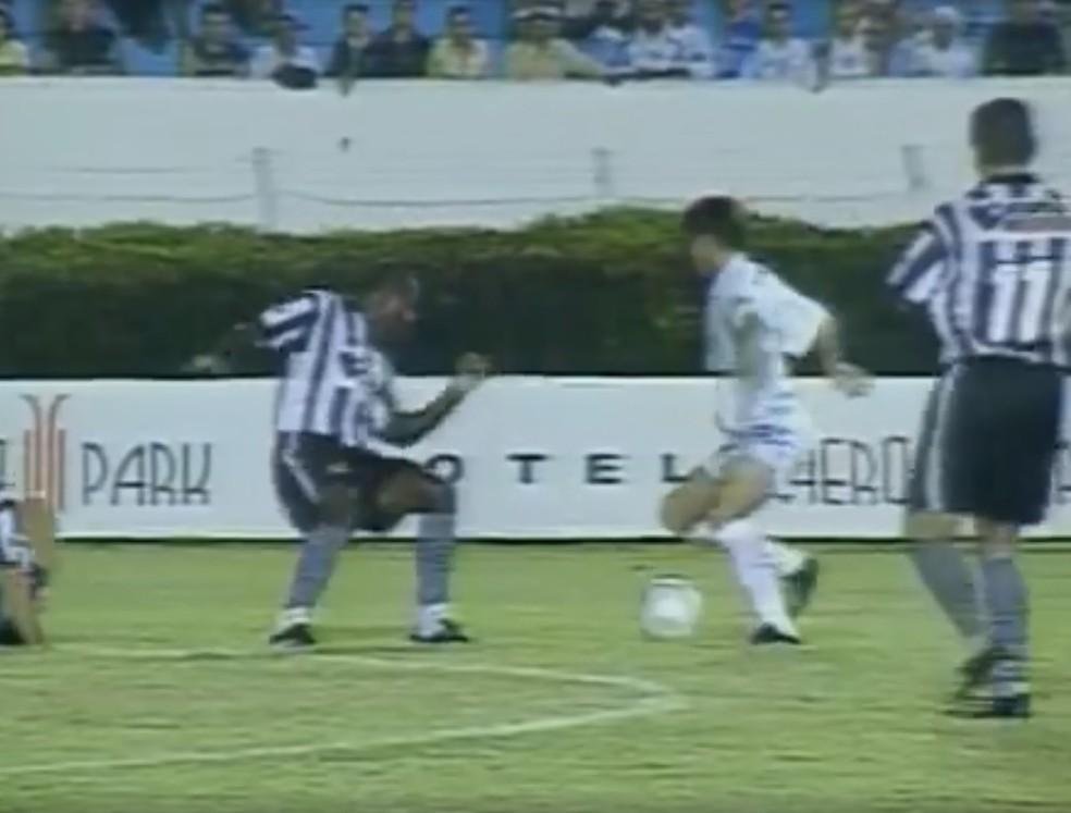 Londrina e Botafogo em duelo pela Série B 2003 — Foto: Reprodução/RPC
