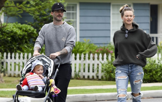 Adam Levine e a mulher, Behati Prinsloo, passeiam com a filha mais velha, Dusty Rose (Foto: The Grosby Group)
