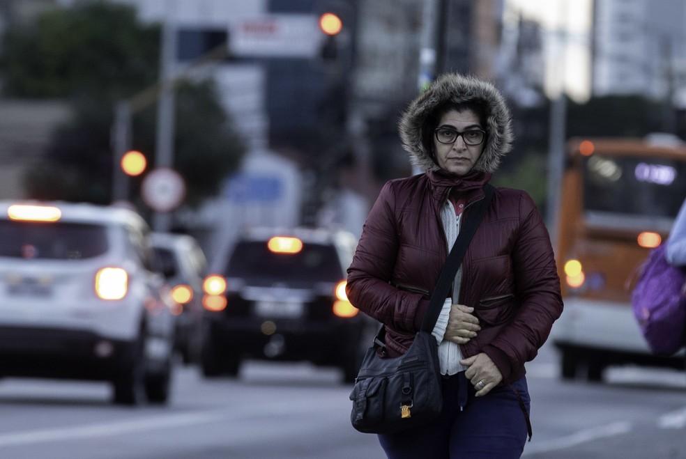 Pessoas caminham e se protegem do frio na manhã de hoje — Foto:  Bruno Rocha/Fotoarena/Estadão Conteúdo