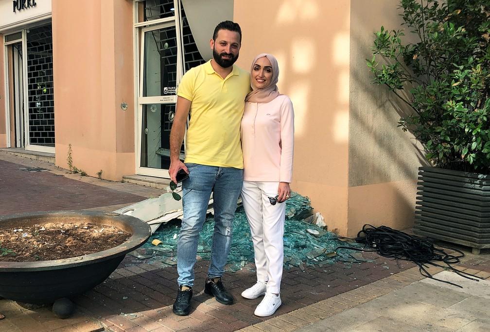 Israa Seblani posa para uma foto com o marido Ahmad Subeih no mesmo local em que estavam tirando fotos do casamento no momento da explosão que ocorreu na área portuária de Beirute, no Líbano — Foto: Yara Abi Nader/Reuters