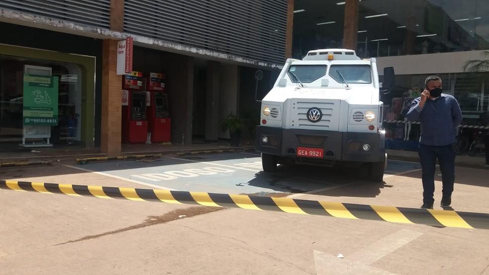 Homem é baleado por seguranças ao tentar assaltar carro forte com simulacro de arma de fogo, no Amapá — Foto: Caio Coutinho/G1