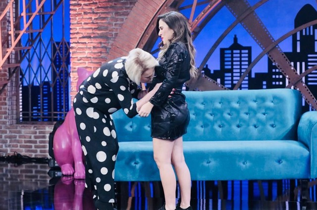 Ana Maria Braga beija a barriga de Tatá Werneck no 'Lady night' (Foto: Divulgação)