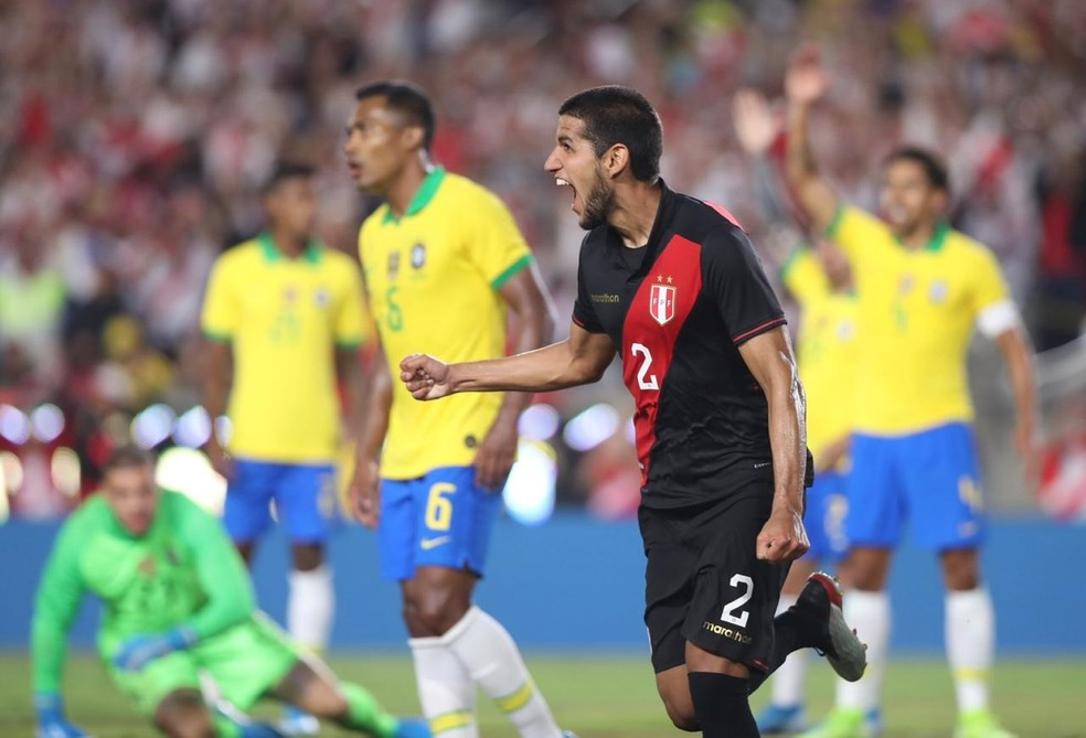 Abram comemora depois de marcar o gol da vitória do Peru sobre o Brasil — Foto: Divulgação/APF